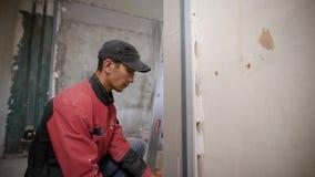使用在墙壁上的人工具固定的交叠在大厦 股票录像