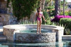 使用在墨西哥别墅的水池的小女孩 图库摄影
