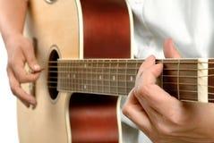 弹声学吉他 库存图片