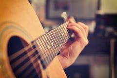 使用在声学吉他的吉他弹奏者 库存照片