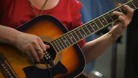 使用在声学吉他的吉他弹奏者 股票录像