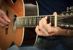 使用在声学吉他的执行者 免版税库存图片
