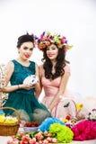 使用在复活节装饰的两名美丽的妇女用兔子 库存照片