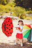 使用在夏天公园的逗人喜爱的小女孩。室外 库存图片