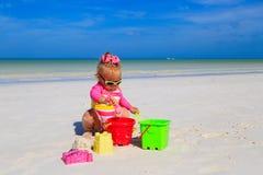 使用在夏天海滩的逗人喜爱的小女孩 免版税库存图片