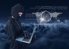 使用在多云背景前面的黑客一台膝上型计算机 免版税库存图片