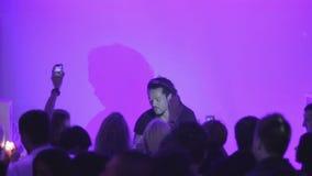 使用在夜总会,人们跳舞,宽射击的蓬松卷发DJ 股票录像