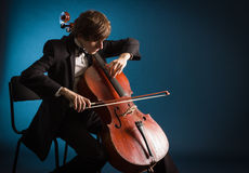 使用在大提琴的大提琴手 免版税库存照片