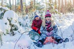 使用在大雪的孩子在冬天 免版税图库摄影