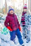 使用在大雪的孩子在冬天 库存照片