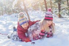 使用在大雪的孩子在冬天 免版税库存图片