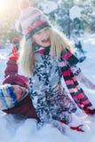 使用在大雪的孩子在冬天 库存图片