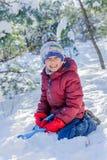 使用在大雪的男孩在冬天 免版税库存照片