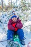 使用在大雪的男孩在冬天 库存图片