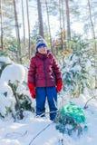 使用在大雪的男孩在冬天 库存照片