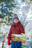 使用在大雪的男孩在冬天 免版税图库摄影