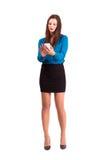 使用在她巧妙的电话的深色的女商人触摸屏 免版税库存图片