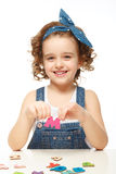 使用在字母表的小女孩。显示信件M。 免版税库存图片