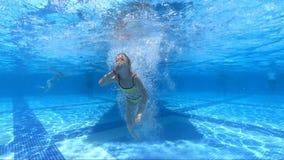 使用在室外游泳场的愉快的女孩在度假在热带海滩的暑假 股票录像