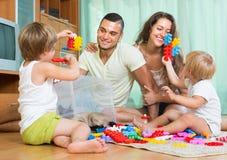 使用在家庭内部的愉快的家庭 免版税库存照片