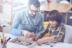 使用在家庭圈子的小男孩和他的父亲 免版税库存照片