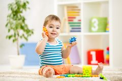 使用在家或在幼儿园的滑稽的孩子 免版税图库摄影