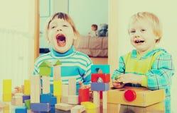 使用在家的情感兄弟姐妹 免版税库存图片
