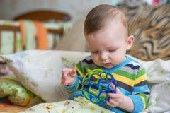 使用在屋子里的微笑的婴孩 免版税图库摄影