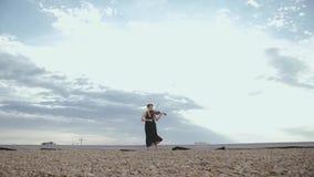 使用在屋顶的小提琴的美丽的少妇 股票录像