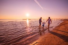 使用在岸的愉快的家庭 库存照片