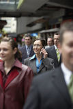 使用在工友中的女实业家手机 免版税库存图片