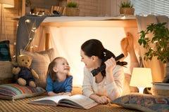 使用在帐篷的母亲和女儿 免版税图库摄影