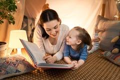 使用在帐篷的母亲和女儿 免版税库存照片