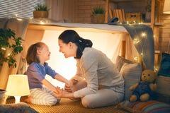 使用在帐篷的母亲和女儿 库存图片