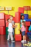 使用在幼儿园健身房的孩子  免版税库存照片