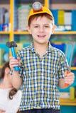 使用在幼儿园的逗人喜爱的小男孩 免版税库存图片