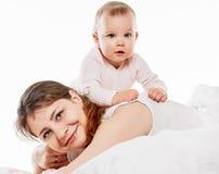 使用在床上的妇女和女儿 免版税库存图片