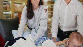 使用在床上的小婴孩在纺织品商店 股票录像