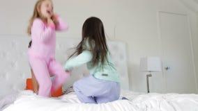 使用在床上的小组四孩子 股票视频