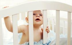 使用在床家的小婴孩 免版税库存图片