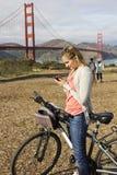 使用在度假的妇女一个巧妙的电话 免版税图库摄影