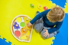 使用在开发的小孩男孩比赛 免版税库存照片