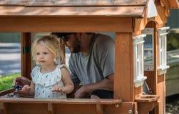 年轻使用在微小的剧场的爸爸和女儿 免版税库存照片