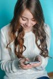 使用在您的电话的少年女孩 库存图片