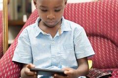 使用在手机的孩子 免版税库存图片