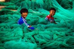 使用在捕鱼网的孩子 免版税库存照片