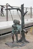 使用在摇摆的孩子雕塑  库存照片