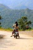 使用在摩托车的愉快的越南孩子 免版税库存照片