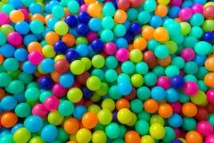 使用在操场屋子里的孩子的五颜六色的塑料球 免版税图库摄影