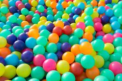 使用在操场屋子里的孩子的五颜六色的塑料球 免版税库存照片